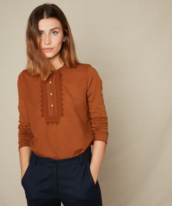 Double fabric nut embroidered tee-shirt